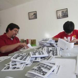 Edgar y Diego Rincón armando los cuadernillos de la Antología de Poesía Fronteriza, editado en colaboración con la exposición Espacios Comunes en el Museo de Arte del INBA en Ciudad Juárez. Foto: Verónica Martinez.