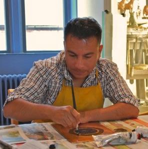 José Santos trabajando en el Museum of Royal Worcester.              Foto cortesía.