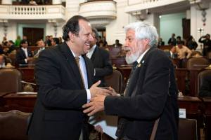 Eduardo Vázquez Martín (izquierda) secretario de Cultura del Distrito Federal, y Adolfo Castañón (derecha), miembro de número de la Academia Mexicana de la Lengua. Foto: Antonio Nava / Secretaria de Cultura GDF ©2014.