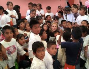 Gabriela Sodi Miranda con estudiantes del Estado de México. Foto: Luis Felipe Barrientos.