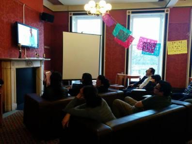 """Proyección de """"Miradas a la Muerte"""" en la University of Liverpool, Reino Unido. Patrocinaron la Sociedad de Estudiantes Mexicanos en la Universidad de Liverpool y el Mexican Cultural Centre (MCC), Reino Unido. Foto: Mexican Students-University of Liverpool. 2014."""
