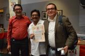"""El 20 de agosto de 2015, Eduardo Estala Rojas, Director General del Mexican Cultural Centre (MCC), Reino Unido, recibió el """"Reconocimiento al Mérito Cultural"""" de parte del Grupo de Libreros Biblionia, México, en la Casa de Cultura de Guanajuato. En palabras de los libreros: """"Como parte de nuestros 30 años organizando ferias del libro en la ciudad de Guanajuato, decidimos otórgale el """"Reconocimiento al Mérito Cultural"""", por el trabajo profesional que realiza en favor del libro y el fomento a la lectura en México"""". Agradecemos al Grupo de Libreros Biblionia, al H. Ayuntamiento de Guanajuato y a la Dirección de Cultura y Educación, por todas las atenciones brindadas. Fotografía: Fabiola Manzano."""